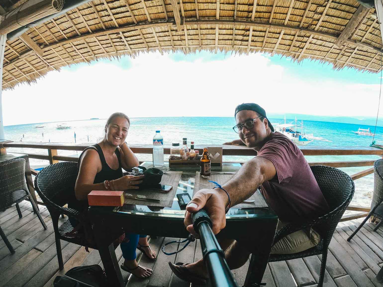 Sur cette photo nous sommes sur l'île de Cebu aux Philippines pour y vivre plusieurs semaines lors de la première année de voyage à l'étranger.On prend l'apéro pour contempler le coucher de soleil