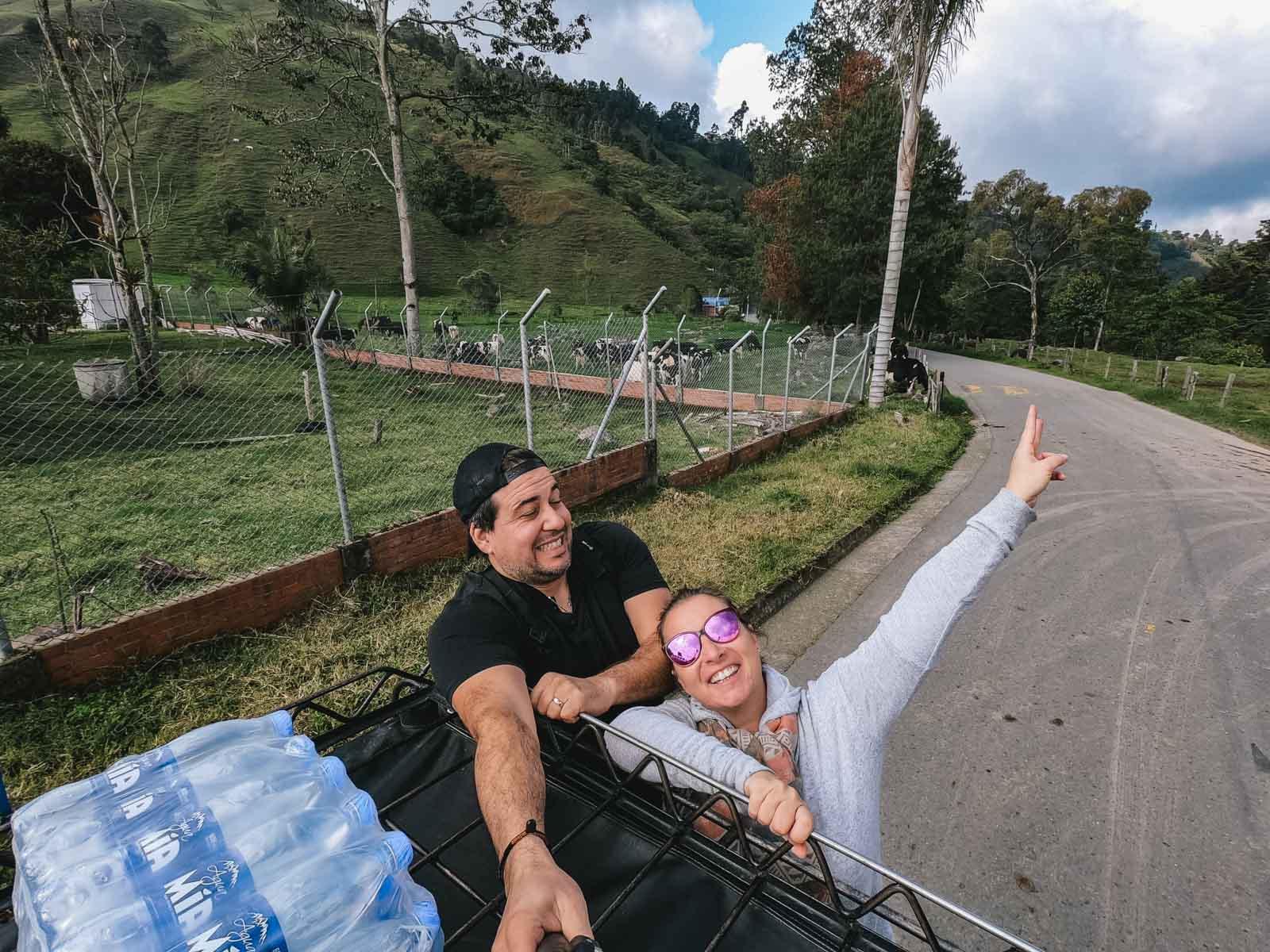Nos folies, notre complicité et notre mode de vie de vivre et de voyager en couple, est notre plus belle décision. Photo prise  en Colombie pendant le transport en Taxi vers la vallée de Cocora.