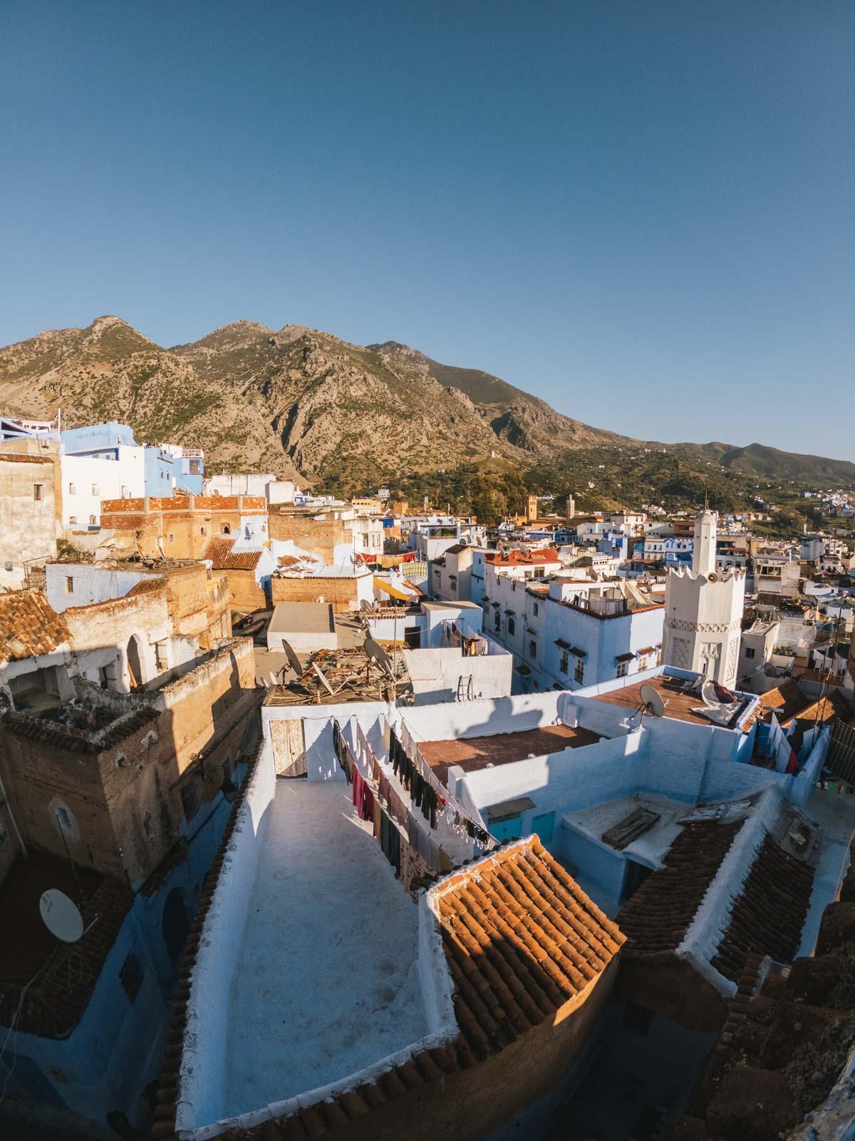 Vue sur la médina et la chaine de montagne du Rif au Maroc - Nomade Amoureux