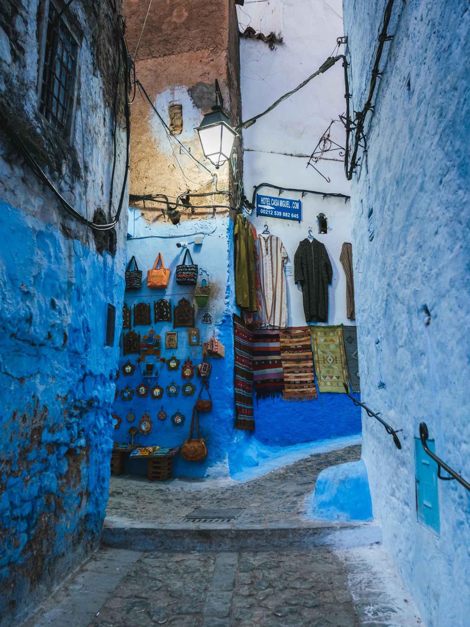 Mur dans la médina du Maroc avec du linge traditionel pour hommes - Nomade Amoureux - Nomade