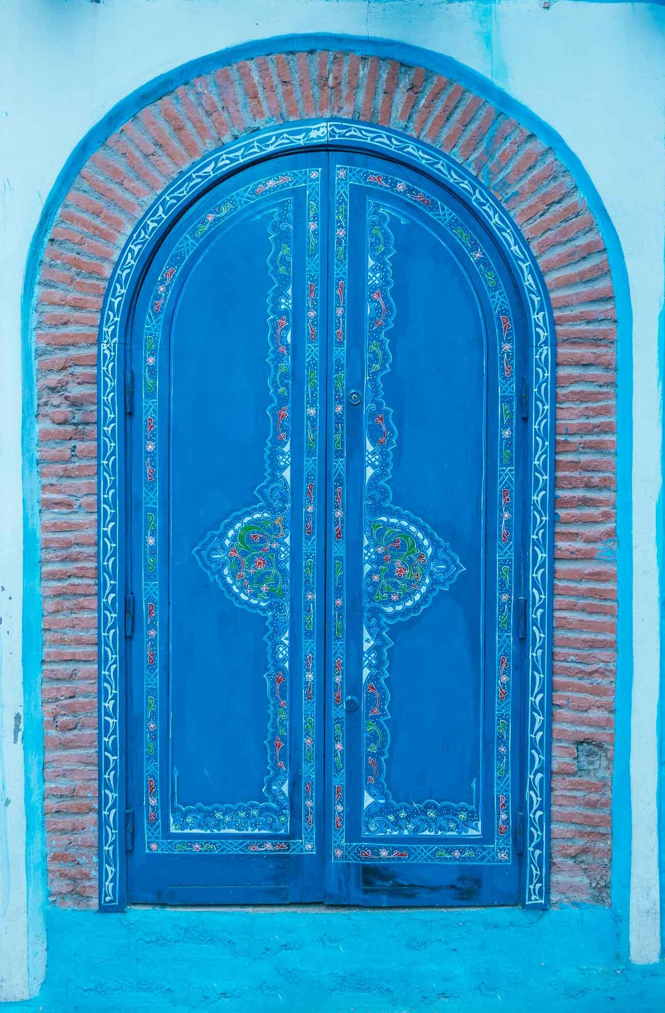 Porte traditionnelle de bois colorée au Maroc - Nomade Amoureux
