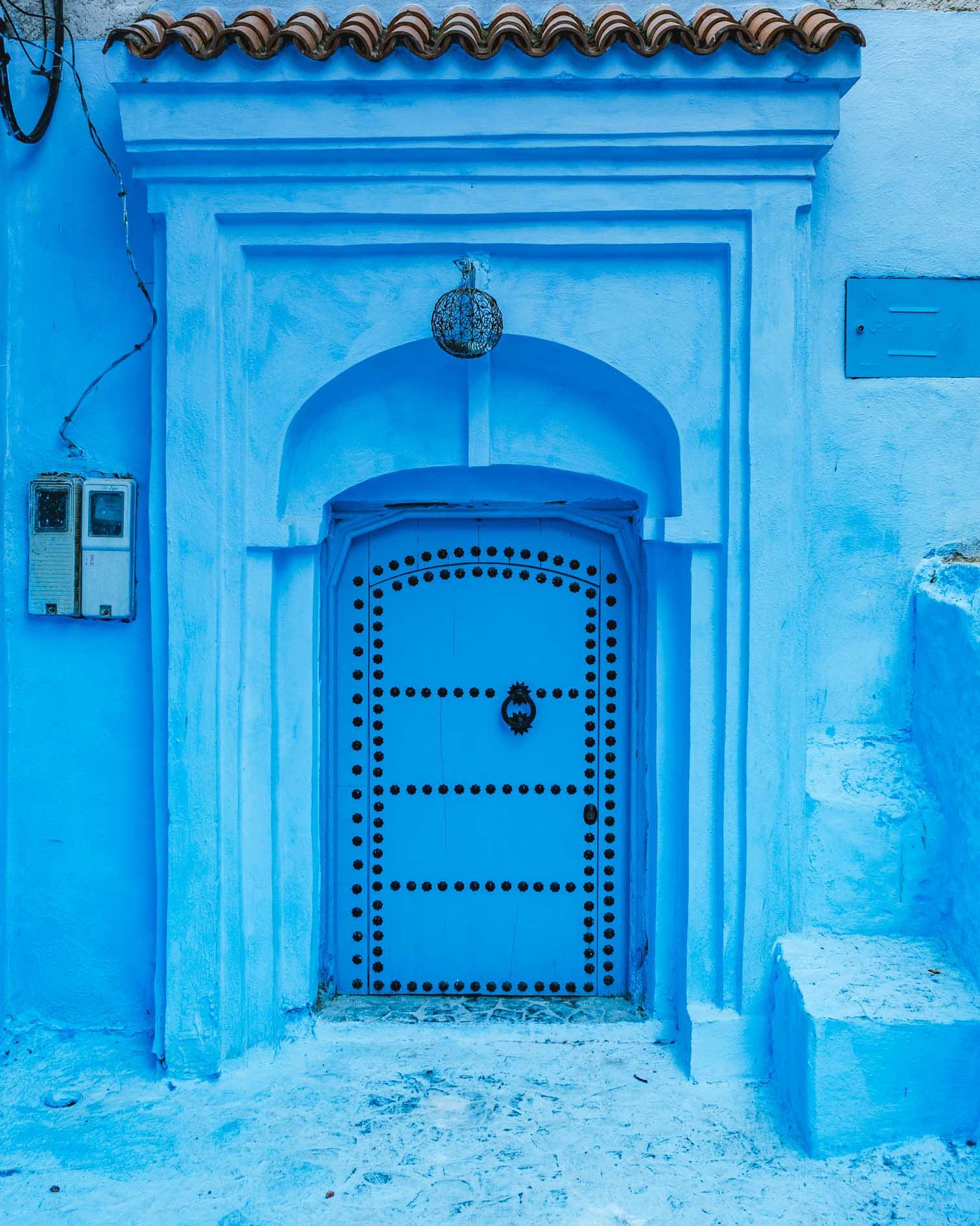 Porte en bois bleue foncé à Chefchaouen - Nomade Amoureux
