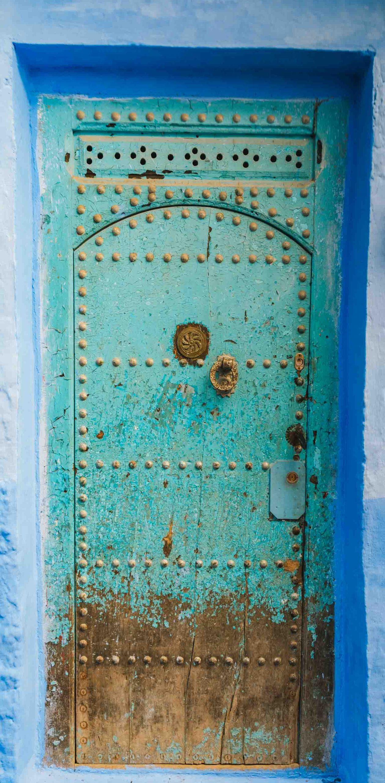 Porte en bois turquoise dans la médina - Nomade Amoureux