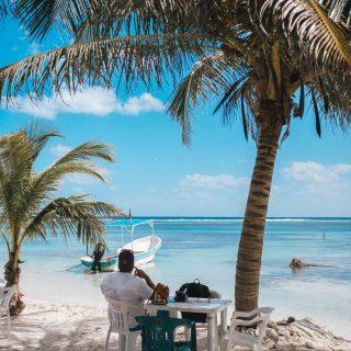 ☀️TGIF – Bon vendredi tout le monde !   👉🏼Aujourd'hui, Pascal et moi, on fait notre première sortie depuis notre arrivée à Mahahual.  Sur la photo, vous pouvez voir le bateau et l'endroit de notre départ. Vu la situation pandémique, on a choisi de louer le bateau en formule privée  pour 600 pesos pour aller en snorkling ( 38$ / 25 €) pour 1 :30 heures pour les 2.   🥰 Plusieurs suivent déjà nos aventures au quotidien sur la page Facebook, le blogue ou ici sur Instagram. On partage beaucoup de notre quotidien et de notre réalité d'expat au Mexique. En résumé, on avait prévu s'installer sur le long terme dans ce village, mais on a vite réalisé après 2 mois que ce n'était pas l'idéal pour notre mode de vie de travailleurs numérique.  Donc on va faire un sprint de découverte jusqu'à notre départ.  On vous donne des nouvelles bientôt! Pour ceux qui se demandent, oui on quitte notre village paradisiaque dans quelques jours! Si tu es curieux.se. de voir où on s'en va pour les prochains mois en parle dans le dernier Apéro live sur Facebook.   🤿 Qui fait de la plongée en apnée ?  . . . . . . #expatlife #expat #expatliving #travellater #staysafe #quintanaroo #quintanaroomexico #mahahual #mexique #mexique🇲🇽 #couplegoals  #digital #nomadlife #nomad #beachday #tgif #caribbeanlife #nomadenumérique #digitalnomad #caraïbes #caribemexicano #bestlife #staypositive #beachday #dayoff #happyme #travellater #workhardplayhard