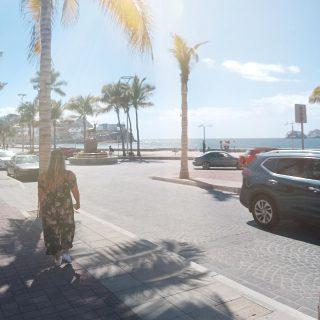 La ville de Mazatlán possède un des plus longs Malecón au monde. Une promenade de plusieurs kilomètres au bord de la mer.  C'est souvent ici qu'on vient prendre l'apéro au coucher de soleil. La lumière, la brise de la mer et l'ambiance y sont très agréables en fin de journée.  . . . . . . . .    #expatlife #expat #expatliving #travellater #staysafe #sinoaloa #mexico #mazatlan #mexique🇲🇽 #couplegoals  #digital #nomadlife #nomad #nomadenumérique #digitalnomad  #bestlife #staypositive  #happyme #vivreautrement #livenom #globetrotters #travelinspiration #visitmexico #visitmazatlan #canadianexpat #expatblogger  #sunset #apero #maleconmazatlan