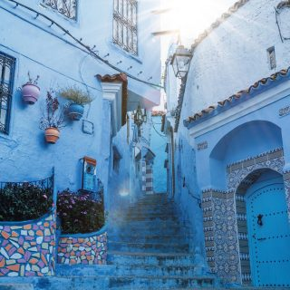 🇲🇦 Retour au Maroc 🇲🇦  La médina de Chefchaouen est colorée et différente des autres médinas marocaines que nous avons visitées pendant notre séjour.  En raison de ses murs peints en bleus et de ses pots de fleurs suspendus un peu partout dans la médina. Après des semaines de tournage en Espagne à sillonner la route des Pueblos blancos dans le but de produire un documentaire, avant pandémie bien sûr, ça nous donnait une impression de déjà-vu. En parcourant ses ruelles étroites et escarpées, c'était comme un petit air andalou qu'on ressentait.  💬 Vous trouvez?   ⚠️ On vous invite à lire l'article de blog, sur un séjour dont il m'aura fallu plus d'une année avant que je me décide à partager notre expérience. - Vicky   ➡️ Voir le lien dans la bio.  .. . . .  . #expatlife#expat#expatliving#travellater#staysafe#maroc#morocco #chechaouen #travelstory #couplegoals#digital#nomadlife#nomad#nomadenumérique#digitalnomad#bestlife#staypositive #happyme#vivreautrement #livenom #globetrotters #travelinspiration #villebleue  #canadianexpat #expatblogger #marocoo #beforecovid #chefchaouen #visitemaroc #travelmorocco