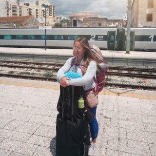 ☀️ Dimanche mini confession 🚂   Saviez-vous qu'avant 2018, au début de notre vie de nomade, nous n'avions jamais pris de train ?!  Quand on dit qu'avant de tout quitter pour parcourir le monde, nous n'étions pas de grands voyageurs… On a eu beaucoup de premières fois cette année là! 🚈 Notre première expérience sur les rails fut en Espagne. Pascal avait immortalisé le moment tellement j'étais énervée !  Par la suite, dès que c'était possible, on a privilégié ce moyen de transport.   ▶️ Pour l'Apéro live de mercredi prochain, sur la page Facebook, on va jaser avec une passionnée et une amoureuse des voyages en train Marie-Julie Gagnon de @technomade. Depuis quelques jours, je m'inspire en lisant le guide de voyage; Voyage de rêve en train - 50 itinéraires autour du monde. Des itinéraires à faire rêver, des trains mythiques qui m'étaient alors inconnus, et de bons conseils pour se projeter dans le futur, quand il sera possible !   Mais en attendant, on a vraiment hâte d'écouter son expérience de voyage en train aux 4 coins de la planète sur des wagons des plus vétustes au plus luxueux et de divers sujets avec cette exploratrice du monde !   💬 Avez-vous déjà envisagé ou expérimenté un voyage en train ? Dormir, manger, débarquer et recommencer ?  Ou pour vous, c'est un moyen de transport comme un autre ?  Je suis persuadée qu'après ce mercredi vous envisagerez un voyage en train un jour !  . . .. . . . .  #expatlife#expat#expatliving#travellater#staysafe#tdm #spain #tourdumonde #train #tb #trowback #couplegoals#digital#nomadlife#nomad#nomadenumérique#digitalnomad#bestlife#staypositive #happyme#vivreautrement #livenom #globetrotters #travelinspiration #travelbytrain #visitspain #canadianexpat #expatblogger #aperolive #beforecovid