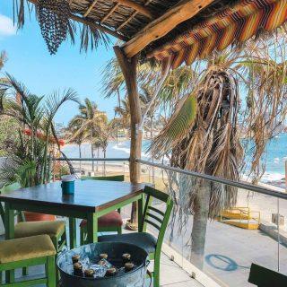 C'est vendrediiiiiii ! Ce n'est plus un secret on aime les apéros 🤷🏼♂️🤷🏼♀️. À Mazatlan, il y a tellement de beaux endroits où les prendre comme cette terrasse. Soyons honnête, nos endroits préférés sont souvent ceux qui offrent une vue sur la mer, un des avantages d'avoir choisi le Mexique pour y vivre 😍  Cette photo a été prise lundi dernier, notre vendredi à nous. La ville est plus occupée à partir de vendredi et le dimanche c'est très achanlandé, alors on prend souvent nos week-end pour travailler, et notre début de semaine devient notre week-end.! On évite encore les endroits bondés pour le moment…   💬 Vous avez prévu quoi ce week-end ?   . . . . . #expatlife#expat#expatliving#travellater#staysafe#sinoaloa#mexico#mazatlan#mexique🇲🇽#couplegoals#digital#nomadlife#nomad#nomadenumérique#digitalnomad#bestlife#staypositive #happyme#vivreautrement #livenom #globetrotters #travelinspiration #visitmexico #visitmazatlan #canadianexpat #expatblogger #lundilenouveauvendredi #apéro #aperotime #tgif