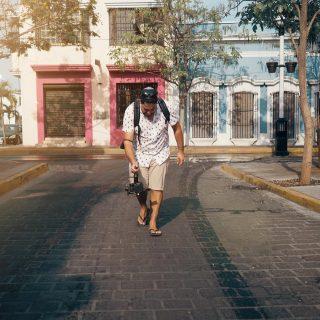 Ça va faire bientôt 6 mois que nous sommes au Mexique, on n'a pas vu le temps aller pour être franc ! On avait même mis de côté nos caméras depuis quelque temps par fautes de temps et aussi un peu, car nous n'avions plus la flamme pour tourner.   Nous avons remédié à ça dans les dernières semaines, nous avons maintenant un peu plus de temps libre. Juste la préparation d'un Apéro live nous libère d'une bonne dizaine d'heures par semaine !   La ville de Mazatlán est assez grande et divisée en plusieurs secteurs et quartiers. Un de nos favoris est el centro historica avec son architecture coloniale qu'on adore découvrir… Que ce soit le matin, en fin de journée pour le sunset ou pour la soirée où tout devient animé, chaque fois c'est une ambiance différente!  . . . . . . . .  #expatlife#expat#expatliving#travellater#staysafe#sinoaloa#mexico#mazatlan#mexique🇲🇽#couplegoals#digital#nomadlife#nomad#nomadenumérique#digitalnomad#bestlife#staypositive #happyme#vivreautrement #livenom #globetrotters #travelinspiration #visitmexico #visitmazatlan #canadianexpat #expatblogger #filmmaking #filmmaker