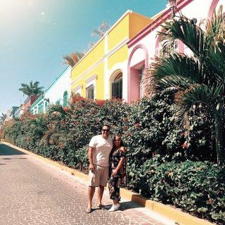 """Nous à notre arrivée dans la ville de Mazatlán ! Le belle et colorée rue Flores dans le centre historique.  👉🏼 Une petite histoire pour expliquer ce qui se passe depuis 14 jours ! On a eu de la broue dans le toupet comme on dit !    ✈️ En décembre 2020, même si cette décision a semblé égoïste, nous quittions nous installer au Mexique le temps que la tempête pandémique passe…   Vendredi, le 11 juin nous nous sommes présentés au bureau d'immigration de Mazatlán afin de demander l'extension de notre visa de voyageurs d'un 6 mois supplémentaires. Notre objectif a toujours été de passer l'année ici.  Nous étions rendus à 183 jours de fait…  ⚠️ On est après écrire un """"soap"""" sur notre page Facebook avec ce qui s'est passé en TRÈS peu de temps mais intensément pour nous ! Si le ❤️ vous en dit de nous suivre sur FB pour la suite …  ——————————————————-  #expatlife#expat#expatliving#travellater#staysafe#sinoaloa#mexico#mazatlan#mexique🇲🇽#couplegoals#digital#nomadlife#nomad#nomadenumérique#digitalnomad#bestlife#staypositive #happyme#vivreautrement #livenom #globetrotters #travelinspiration #visitmexico #visitmazatlan #canadianexpat #expatblogger #centrohistorico"""