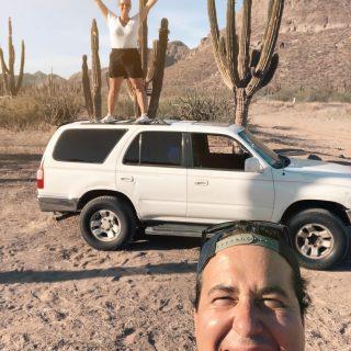 Connaissez-vous Vice-Caché ?   Ce très sarcastique surnom a été donné à notre camion à la suite de notre achat en Baja California Sur. Difficile de croire que l'obtention de notre permis de résidence au Mexique aurait été plus simple que cet achat ! Mais voilà, 17 jours plus tard, après avoir gagné le jackpot des problèmes de la chère vendeuse de Vice-Caché (3 contraventions impayées, 10 ans de retard sur ses immatriculations, fraude de plaque, etc.) nous venons tout juste de faire les transferts d'immatriculation à notre nom !   🔺Si vous achetez une voiture au Mexique, chaque États possède leurs réglementations et exigences. Assurez-vous d'être informé et SURTOUT ne jamais signer de procuration avec le vendeur ! Elle n'aurait pas pu nous laisser ça sur les épaules si nous avions été avec elle. La confiance à ses limites... Nous avons appris. Maintenant NEXT.   🌵L'important c'est que notre cher Vice-Caché est réparé et pratiquement remis à neuf niveaux mécaniques. C'est fait!  Il est à nous et surtout immatriculé légalement (encore une particularité de la B.C.S) maintenant, on prévoit des road trip magnifiques partout sur la péninsule de la Baja Califonoira Sur !   💬 Et malgré le stress, l'angoisse, la frustration et les $$$ nous sommes fiers de notre camion on trouve tellement qu'il a de la gueule vous ne trouvez pas ?   —————————————————  #ilivewhereyouvacation #expatlife#expat#expatliving#travellater#mexico#bajacaliforniasur #mexique🇲🇽#couplegoals#digital#nomadlife#nomad#nomadenumérique#digitalnomad#bestlife#staypositive #happyme#vivreautrement #livenom #globetrotters #travelinspiration #visitmexico #canadianexpat #expatblogger #roadtrip #4runner