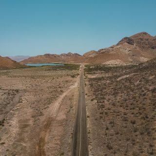 🏜Les routes mythiques 🌵 Il y a certaines routes mythiques quand on pense à la route 66 aux USA ou la loop de Ha Giang au Vietnam, ici c'est la Carreta federal 1. Elle traverse la péninsule de la Baja California de Tijuana jusqu'à Los Cabos.  Entre mer et montagne, vignoble et village colonial, elle est de toute beauté au grand bonheur de tous roadtrippeuses.eux.   💬 Quel est le plus beau roadtrip que tu as fait, c'était où ?
